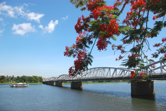 trang tien bridge - Hue tour - Hue Sightseeing Group Tour
