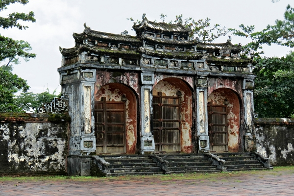 dai hong mon gate - hue travel guide
